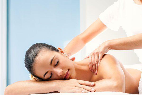massaggiatrice che fa un massaggio a una cliente