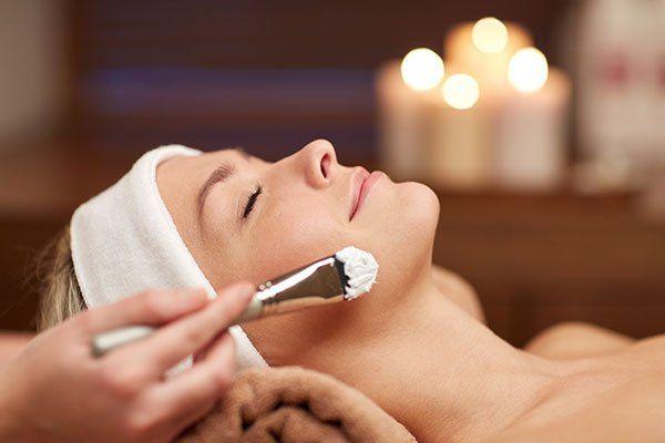 donna che fa un trattamento per il viso