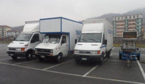 vista frontale di camion logistica alla parcheggiate