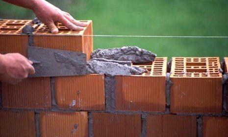 costruzione con i blocchi e cemento di un 'impresa edile a Mascalucia