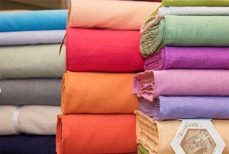 delle stoffe di diversi colori