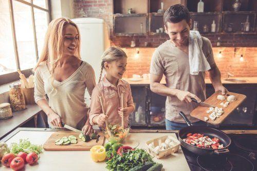 famiglia che prepara il pranzo