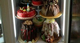 un frigo con delle torte speciali