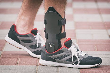 una gamba con un tutore alla caviglia