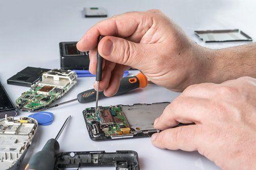 persona che ripara un cellulare
