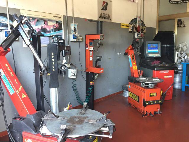 Due meccanici cambiando le ruote di un furgone     Due meccanici cambiando le ruote di un furgone