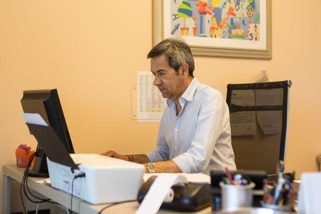 una scrivania e due sedie in un ufficio
