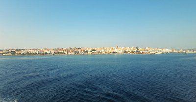mare su sfondo cielo blu