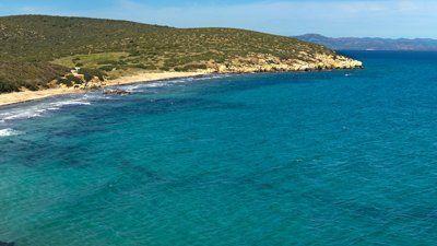 spiaggia con mare azzurra