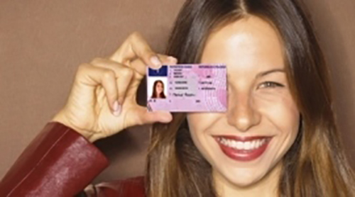 ragazza mostra la sua patente di guida