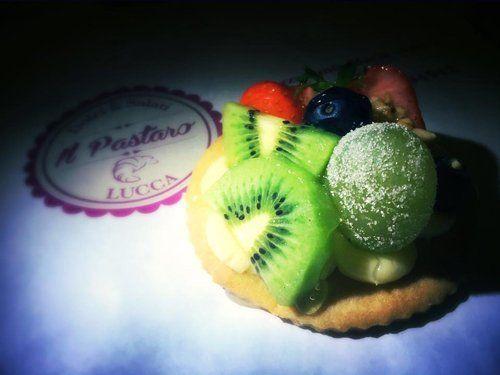 Pasta alla frutta di fianco al logo della pasticceria