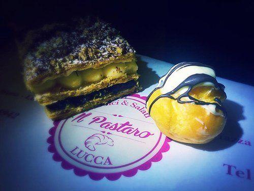 dolcetti mignon e torta sul logo della pasticceria