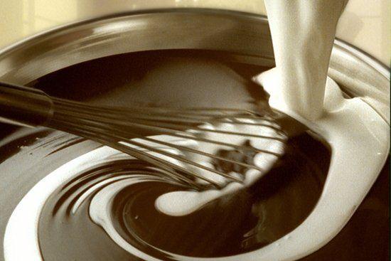 attrezzo da cucina mentre mescola del cioccolato bianco e fondente