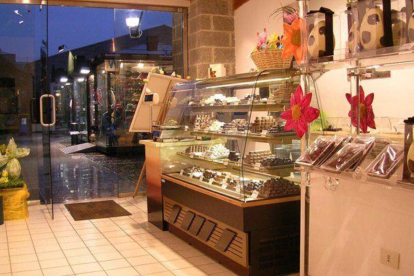 assortimento prodotti del negozio con vetrina