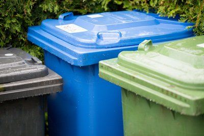 pattumiere raccolta differenziata con colore verde e azzurro