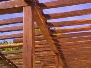 vista di alcune travi di legno di un gazebo