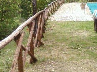 uno steccato in legno vicino a un prato