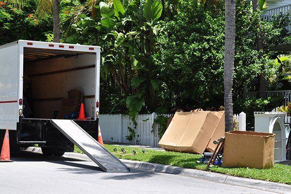 Camion dei traslochi aperto, casse nel giardino