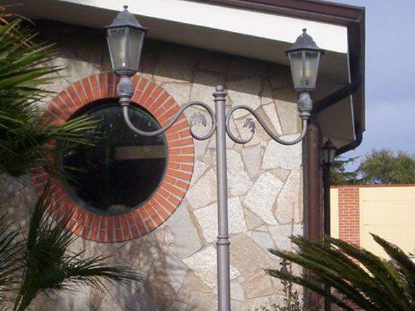 Lampione in ferro battuto per esterni realizzato da SCALA BIAGIO SERRAMENTI di Milazzo (ME)