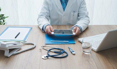 un medico alla scrivania con un tablet in mano