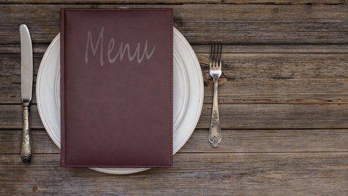 piatto con menu appoggiato sopra