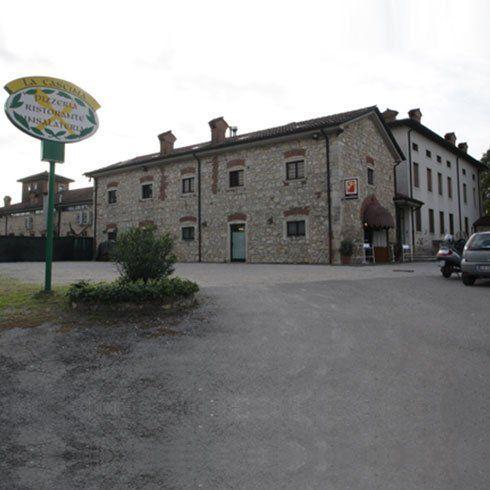 edificio in pietra con entrata al ristorante