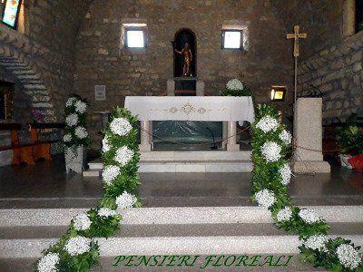 Accesso all'altare per un corridoio circondato