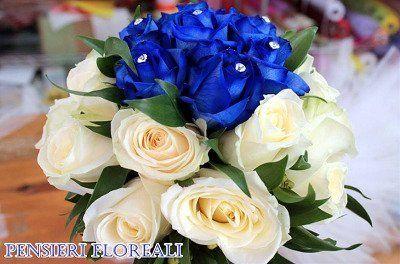 Bouquet di rose blu e bianche