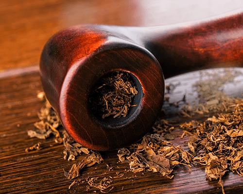 una pipa e del tabacco