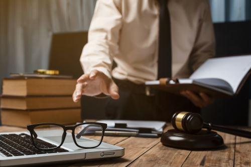 un avvocato che sta tenendo un libro