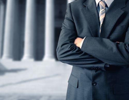 un avvocato con le braccia incrociate
