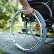 persona su una sedia a rotelle