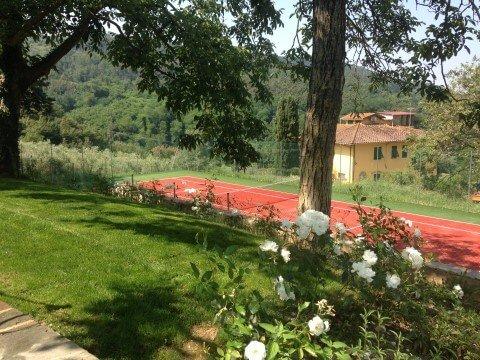 campo da tennis all'interno di un giardino