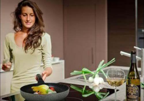 una ragazza che cucina