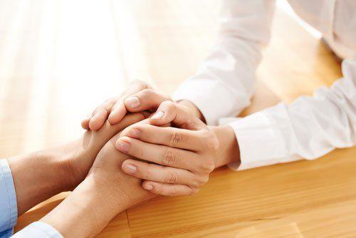due mani che si tengono