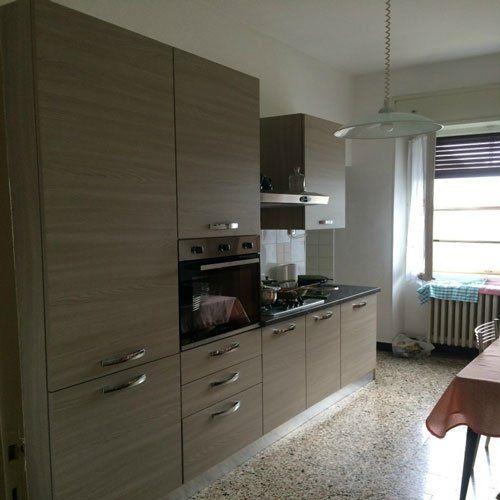 una cucina monoblocco color beige