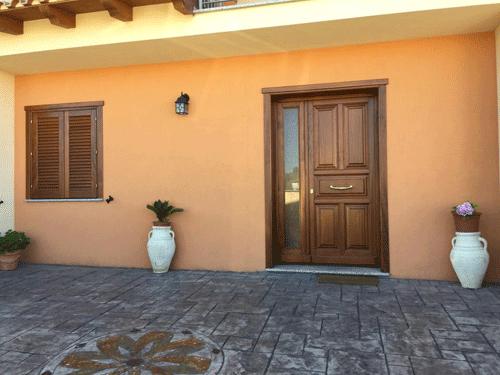 esterno  della casa con porta in legno