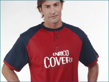 uomo indossa una maglia di Enrico Coveri