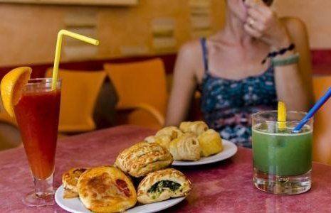 donna mentre fa un aperitivo