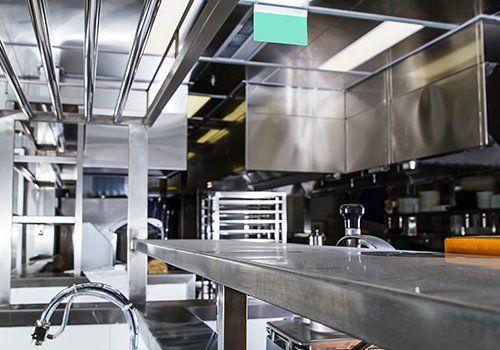 una cucina professionale in acciaio