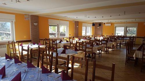 Vista interna del ristorante con tavoli e sedie
