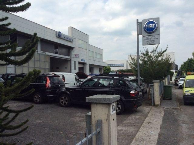 delle macchine parcheggiate fuori da un officina