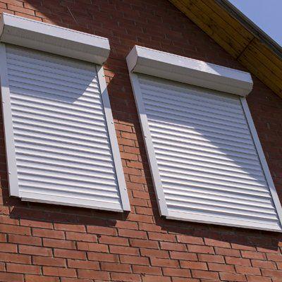 finestre con tapparelle chiuse