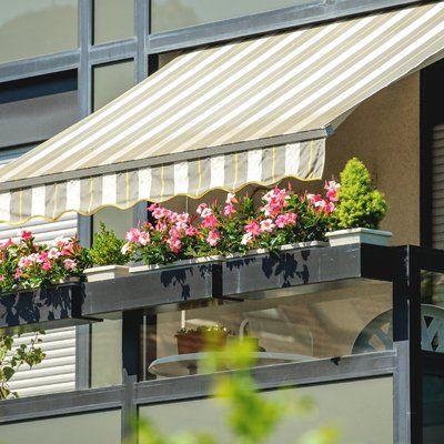 terrazza con fiori e parasole