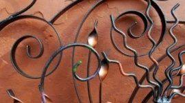 lampada in ferro, letto in ferro battuto. decorazioni in ferro battuto