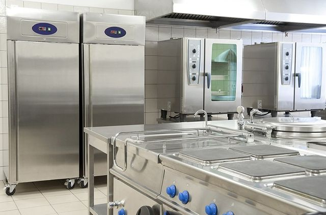 frigoriferi, fornelli e forni in metallo per cucine professionali