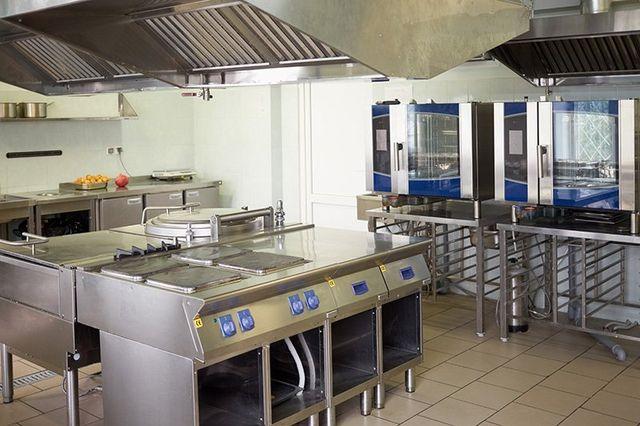 cucina professionale con attrezzatura in acciaio