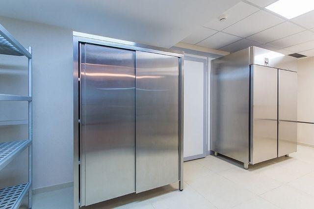 dei frigoriferi in acciaio per cucine professionali e dietro un scaffale