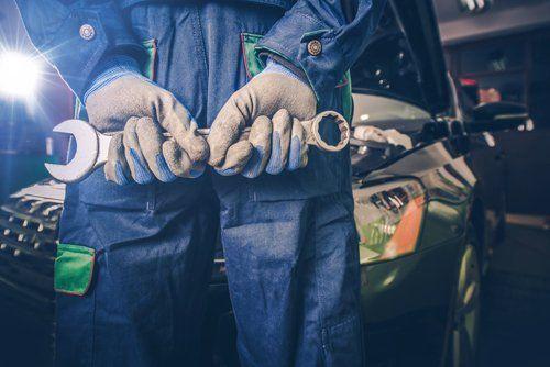 meccanico con in mano una chiave inglese