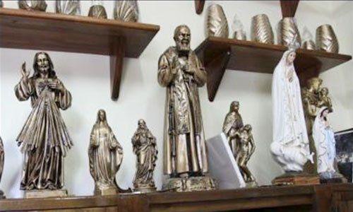 delle statuette di figure religiose